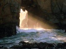 Leuchte, die durch Felsenöffnung glänzt Lizenzfreie Stockfotos