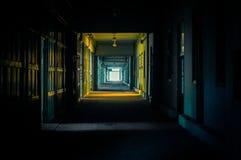 Leuchte am Ende der Halle Stockfotografie