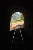Leuchte am Ende des Tunnels Stockfotos