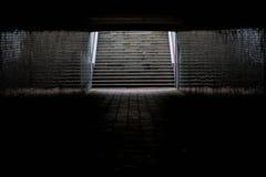 Leuchte am Ende eines Tunnels stockfotos