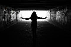 Leuchte im Ende des Tunnels stockfotos