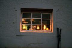 Leuchte im Fenster stockbilder