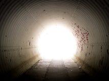Leuchte im Tunnel Stockbild