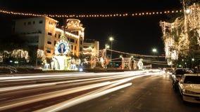 Leuchte und Abbildungen von König Bhumibol auf Straße Stockfoto