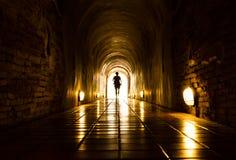 Leuchte und Mensch am Ende des Tunnels lizenzfreies stockfoto