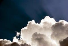 Leuchte und Wolken Stockfotos