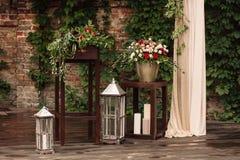 Leuchten Sie Lampe mit einem Blumenstrauß von roten und weißen Blumen durch Lizenzfreie Stockfotografie