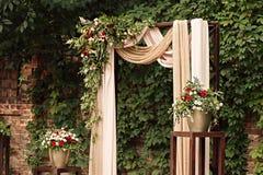 Leuchten Sie Lampe mit einem Blumenstrauß von roten und weißen Blumen durch Lizenzfreies Stockbild