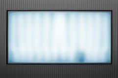 Leuchtende bekanntmachende Anschlagtafel auf Metallwand Stockbild