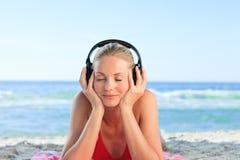 Leuchtende Frau, die etwas Musik hört Lizenzfreie Stockfotografie