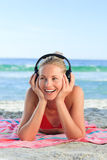 Leuchtende Frau, die etwas Musik hört Stockbild