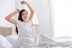 Leuchtende Frau, die am Morgen aufwacht Stockfotografie