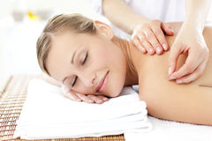 Leuchtende Frau während einer Akupunkturbehandlung Lizenzfreie Stockbilder