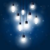 Leuchtende Glühlampen, die an den Schnüren - Lampen hängen Stockfotografie