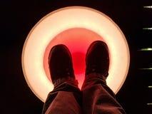 Leuchtende LED-Kreise, die belichten, wenn sie an in verschiedene Farben getreten werden stockfotografie