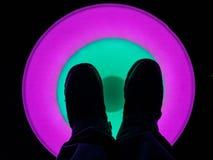 Leuchtende LED-Kreise, die belichten, wenn sie an in verschiedene Farben getreten werden lizenzfreie stockfotografie