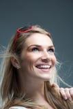 Leuchtende schöne blonde Frau mit einem reizenden Lächeln Lizenzfreie Stockfotografie