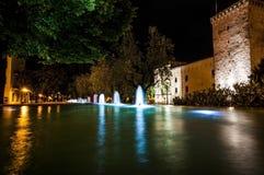 Leuchtende Wasserspiele in der Nacht Stockfotografie