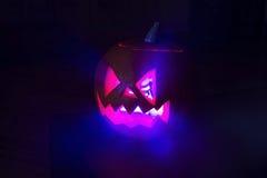 Leuchtender Halloween-Kürbis in der Dunkelheit Lizenzfreies Stockbild