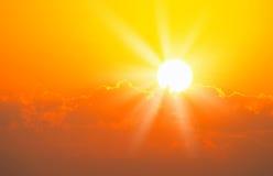 Leuchtender orange Sonnenaufgang über Wolken Lizenzfreie Stockbilder