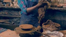 Leuchtender weiblicher Künstler, der ihr Lehmmeisterwerk betrachtet stock video footage