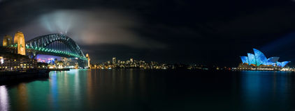 Leuchtendes beleuchtendes Sydney-Opernhaus-Panorama Stockbild