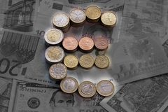 Leuchtendes Eurozeichen von den Euromünzen lizenzfreies stockbild