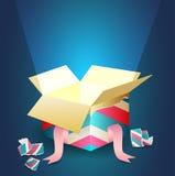 Leuchtendes Licht, das von einer offenen Geschenkbox herauskommt Stockbild
