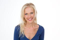 Leuchtendes nordisches Mädchen im dunkelblauen Hemdlächeln Lizenzfreies Stockfoto