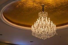 Leuchter gehangen von der Decke; schöne Designkristalldekoration Lizenzfreies Stockfoto