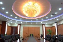 Leuchter im Konferenzzimmer Stockfotos