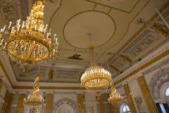 Leuchter und Decke des Marmor-Halls im Konstantinovsky-Palast des Zustands-Komplexes 'Palast von Kongressen im vill lizenzfreie stockfotografie