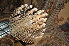 Leuchter und Mosaiken in der orthodoxen Kirche Stockfotografie