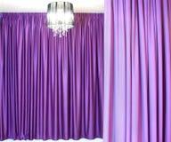 Leuchter und Vorhänge Stockfotos