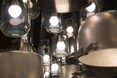 Leuchter von den Wannen, von den Glasgefäßen und von den stewpans Lizenzfreie Stockbilder