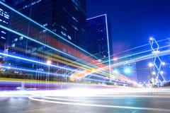 Leuchtespuren auf der Straße Stockbilder