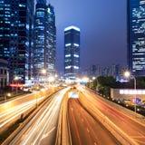 Leuchtespuren auf Shanghai-Finanzzentrum nachts Lizenzfreie Stockfotos