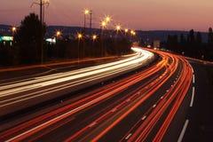 Leuchtespuren von den Autos stockfoto