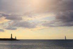 Leuchtfeuer und Yacht belichtet durch die Sonne Lizenzfreie Stockfotos