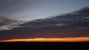 Leuchtorange-Himmel und Licht des Sun in der Stadt stock footage