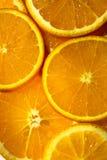 Leuchtorangehintergrund von den Scheiben von saftigen Orangen Stockfotos