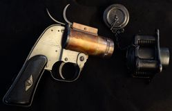 Leuchtpistole US M8 mit Berg Lizenzfreies Stockfoto