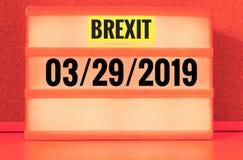 Leuchtreklame mit Aufschrift auf Englisch Brexit und 03/29/2019, auf Deutsch 29 03 2019, die Zurücknahme von Großbritannien symbo stockfotografie