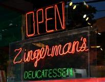 Leuchtreklame in Zingermans Fenster Stockfotografie