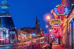Leuchtreklamen auf unterem Broadway Nashville lizenzfreie stockbilder