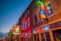 Leuchtreklamen auf unterem Broadway Nashville stockfotos