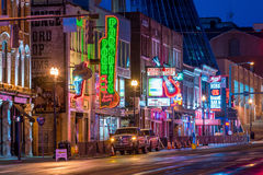 Leuchtreklamen auf unterem Broadway Nashville lizenzfreie stockfotografie