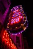 Leuchtreklamen nachts im Nordstrand, San Francisco - niedriger Winkel VE Stockbilder