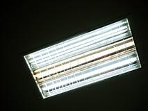 Leuchtstofflampe, die auf der Dunkelheit glüht Stockbilder
