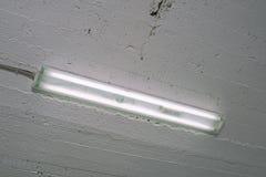 Leuchtstofflampe in einem industriellen Raumabschluß Stockfotos